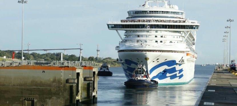 Crucero neopanamax atraviesaPanamá